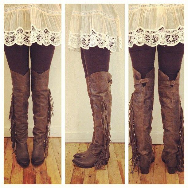 botas altas com calças justas e top renda