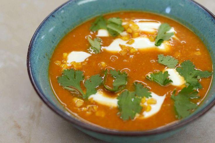 Denken aan Mexico roept meteen een hoop cliché's op: van Mexico '86, over sombrero's en dikke snorren tot Speedy Gonzales. Mexicaanse gerechten bevatten ook vaak enkele zeer herkenbare ingredIënten. Die smaken zal je ongetwijfeld terugvinden in Jeroens Mexicaanse soep, op basis van mais en zoete aardappelen. De 'bataat' heeft oranje vruchtvlees en is verre familie van onze doordeweekse aardappel. Jeroen rekent voor 4 personen, 1 grote ketel soep.