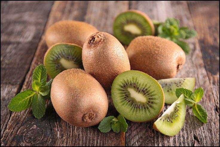 Подготовка Для выращивания киви нам понадобится один спелый плод, один ватный диск, промытый песок и мини-тепличка для проращивания семян. Добываем семена Разрезаем пополам спелый плод киви. Одну п…