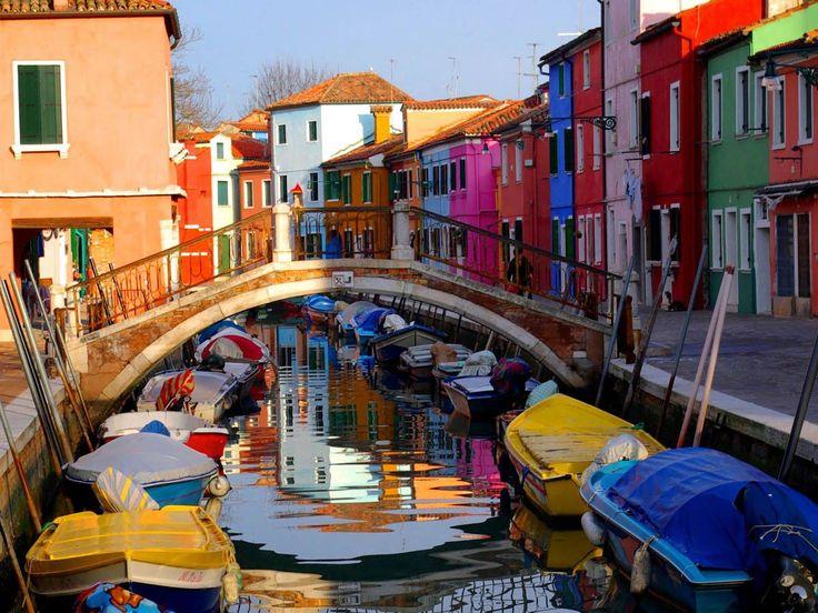Дома на улице острова Цветной Бурано, Венеция, Италия