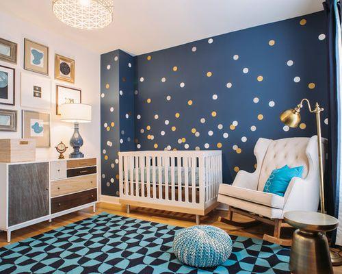Cette image montre une chambre de bébé garçon traditionnelle de taille moyenne avec un mur bleu