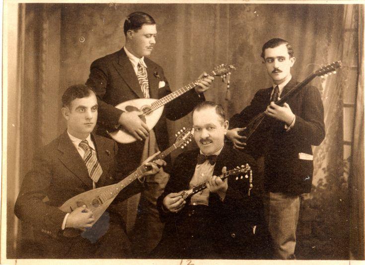 [4] Τετράς η ξακουστή του Πειραιώς, 1934. Από αριστερά, όρθιοι ο Μάρκος Βαμβακάρης και ο Ανέστης Δελιάς, καθιστοί ο Στράτος Παγιουμτζής και ο Γιώργος Μπάτης