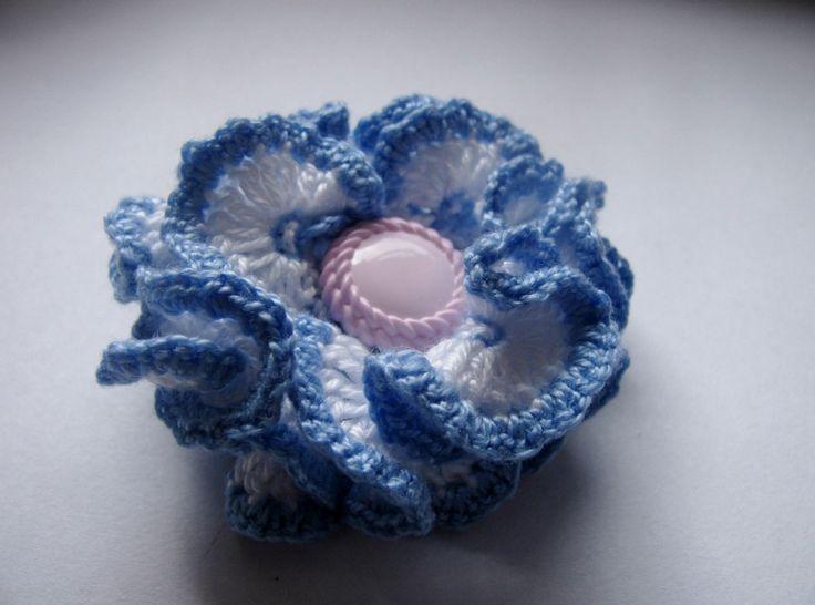 Poetry - brož Nebe se dotýká země. A na tomto místě rozkvétá barevný květ, jen k němu přivonět... Tato květina je uháčkována ze slabých bavlněných přízí (bílý základ, světle modré okraje). Má průměr cca 5,5 cm. Možno použít nejen na tašku, ale také ozvláštnit šál nebo dekorovat polštářky atp.