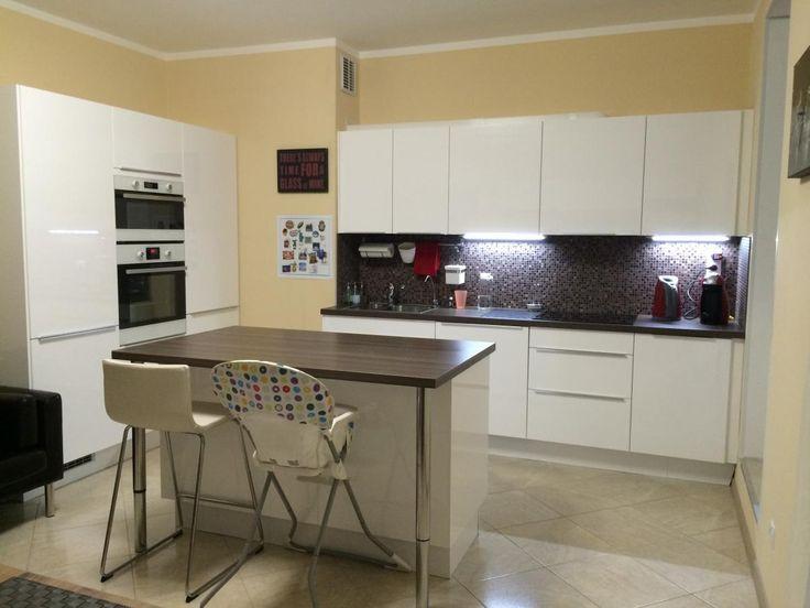 Белая кухня-столовая, кухня с барной стойкой