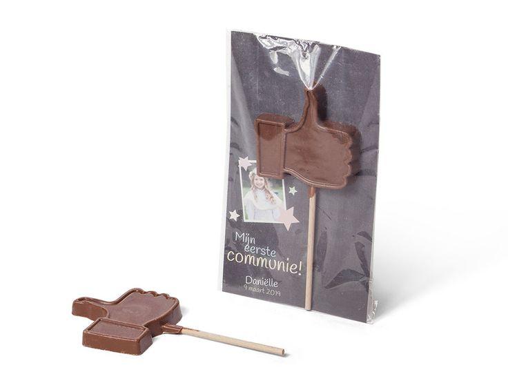 Vind ik leuk! - dat je op mijn communie was!   de gepersonaliseerde like-lolly! Met onze ontwerptool maak je heel eenvoudig een eigen kaartje. De chocolade duim is gemaakt van melk chocolade en kan gebruikt worden als lolly, maar ook als chocolade-lepel om chocolademelk mee te maken.