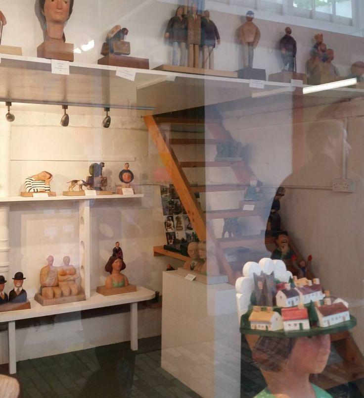 いいね!14件、コメント2件 ― John Butlerさん(@johnbutlerwoodcarver)のInstagramアカウント: 「Shop Front #woodcarver #woodcarving #sculpture #craft #wood #shopping #bideford…」