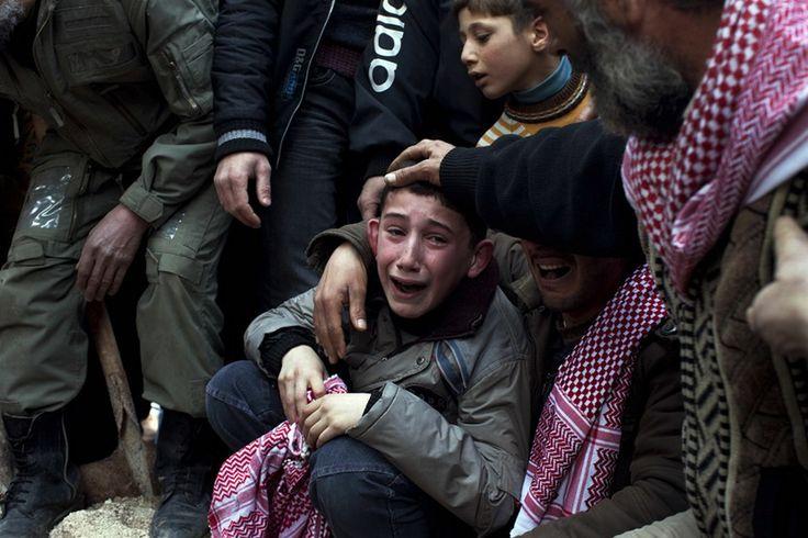 小男孩 Ahmed 在葬禮上哀悼他被敘利亞軍隊狙擊死去的父親 Abdulaziz Abu Ahmed Khrer (Rodrigo Abd, Associated Press – March 8, 2012)