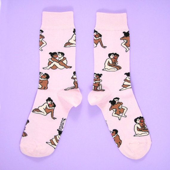 Voici les chaussettes Kamasutra Métisses Coucou Suzette! Le cadeau idéal pour la Saint Valentin! :)  Les motifs sont constitués de pleins de petits couples métissés qui saiment.  Taille Unique (à peu près 35-44), peuvent aller aux hommes également!  Composition: 72% Coton, 27% Polyamide, 1% Elastane.  Laver à lenvers.  Réalisées en France en petite quantité.