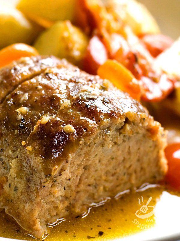 Il Polpettone di pane con prosciutto cotto e scamorza è una pietanza gustosa che sfrutta il riciclo degli avanzi di pane. Proprio come facevano le nonne!