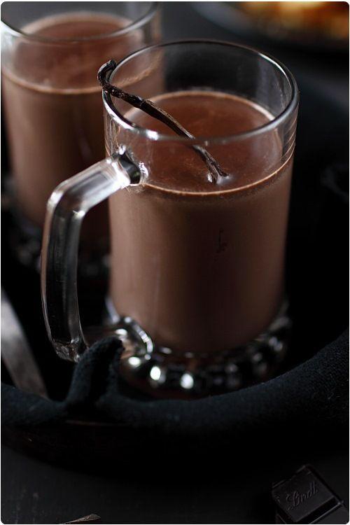 Chocolat chaud à la vanille 20 cl de crème liquide entière 20 cl de lait 4 cs un peu bombée de cacao en poudre sucré (Poulain 1848) 30 g de chocolat noir 70% à pâtisser 1 gousse de vanille Sucre (facultatif)