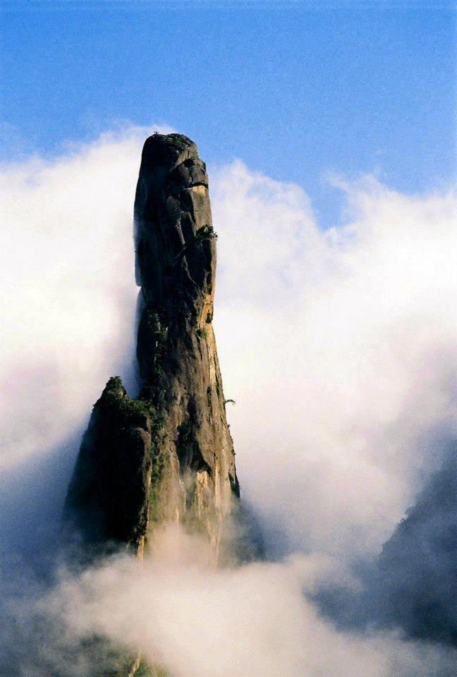 """A neblina charmosa da Serra do Mar (RJ), """"O Dedo de Deus""""."""