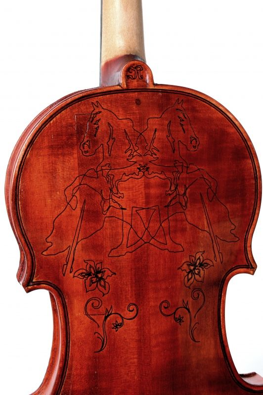 Violin with inlaid horses by latvian violin maker ingars for Soil 1714 stradivarius