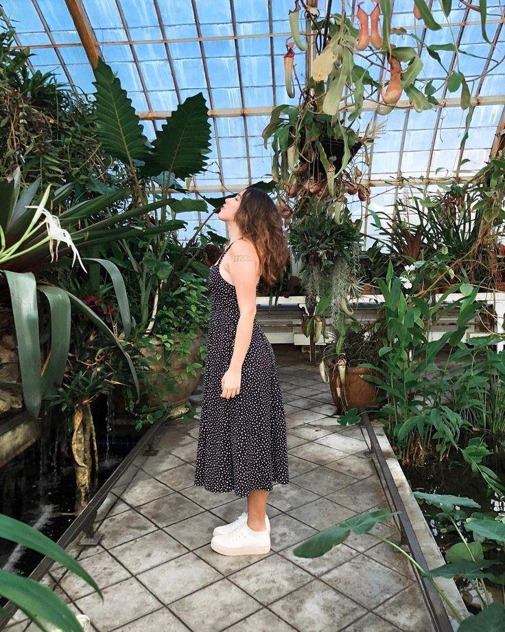 Ah como adoro estar rodeada de plantinhas e natureza. Amo cidade grande mas meu coração ainda é de menina do interior. . vestido: @kimchiblue sapato: @cravocanelaoficial