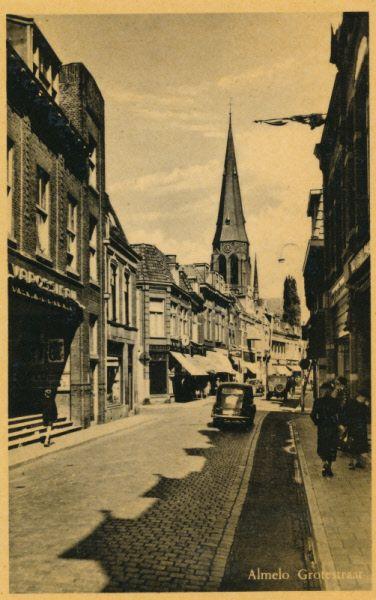 Grotestraat Noord Almelo, met aan de linkerkant bioscoop Varossiau, op de hoek met de Hagengracht.