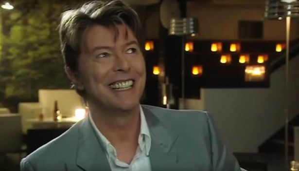 Extras (2006)   Dans sa série Extras, Ricky Gervais (ou plutôt son personnage d'acteur raté) se permettait régulièrement d'être descendu en flammes. Cela inclut cette scène emblématique, dans laquelle Bowie parvient à faire chanter tout un restaurant la chanson improvisée à propos de « ce petit homme gras avec une tête de carlin ». (Photo : YouTube)