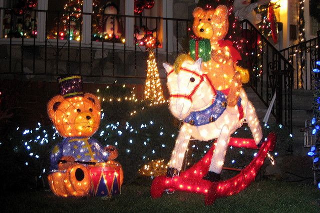 http://www.pommietravels.com/wp-content/uploads/2011/12/Dyker-Heights-Christmas-Lights.jpg