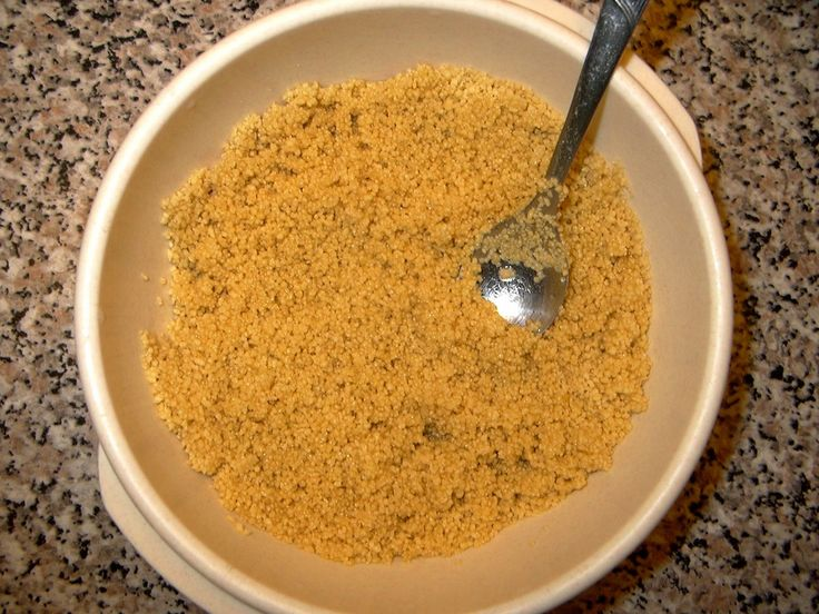 Kuskus vložte do mísy a zalijte vařící vodou. Jemně pročechrejte vidličkou. Nechejte 10 minut odpočinout pod pokličkou.  Takto připravený kuskus...