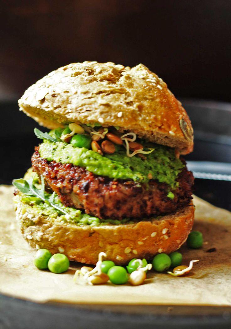Bohnen können natürlich auch Burger, und wie! Äußerlich sind sie - wenn angebraten - kaum von der fleischigen Version zu unterscheiden, doch innen drin steckt die pure pflanzliche Protein-Power; verstärkt durch die Kombination mit Quinoa. Der Linsensalat macht auf Sommer und wird mit frischen