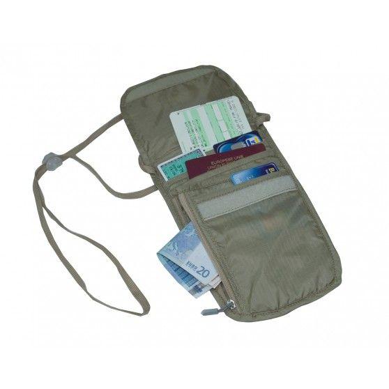De Messina van #High Peak is een ideale #Neck #Wallet die speciaal is ontworpen om onder de kleding te dragen. Op deze manier zijn uw waardevolle spullen zoals geld en pasjes veilig opgeborgen in de handige #portemonnee. #dws