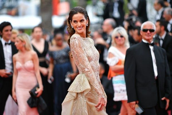 Brazilian model Izabel Goulart poses as she arrives on May 26, 2017 for the screening of the film 'L'Amant Double' (Amant Double) at the 70th edition of the Cannes Film Festival in Cannes, southern France.  / AFP PHOTO / LOIC VENANCE