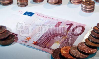 10 Euro-Schein mit einigen Cent-Münzen