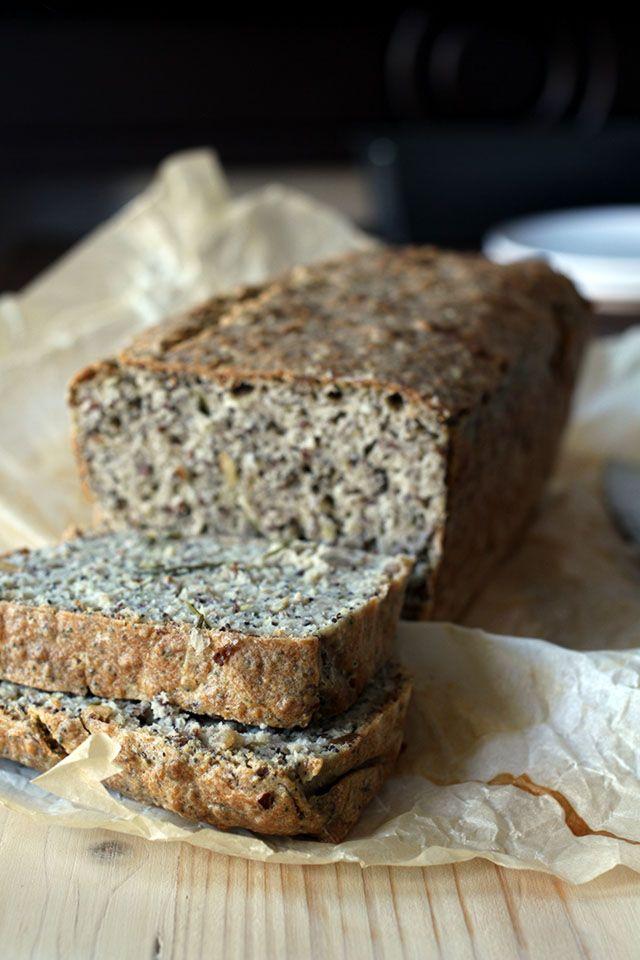 Glutenvrij boekweit brood bakken met amandelmeel en zaden - lekker, smaakvol brood dat makkelijk te maken is!