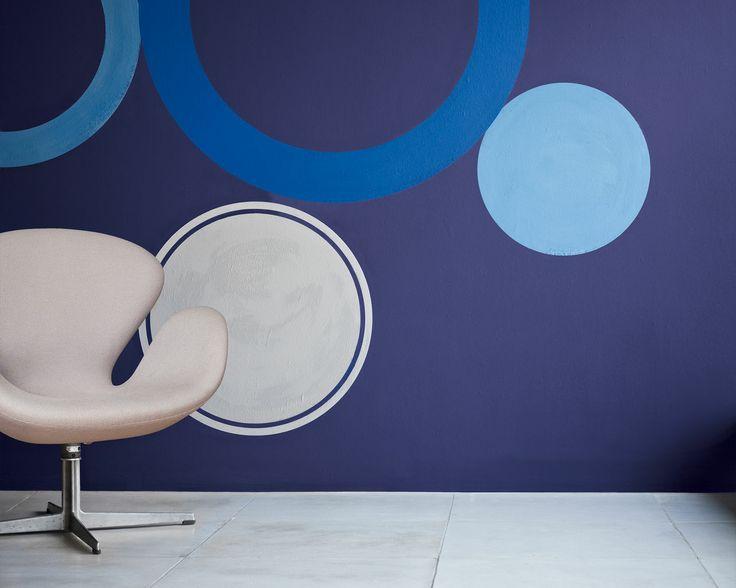 Laissez libre-court à votre inspiration avec l'indigo. Les cercles bleus contrastent sur le fond indigo dans ce salon au design résolument contemporain, plein d'énergie.