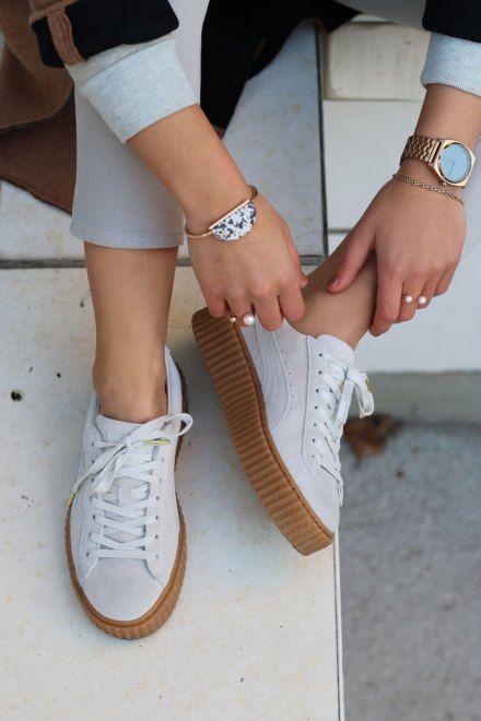 The creepers puma, une jolie paire de baskets puma de couleur blanche effet daim avec des semelles compensées en gomme marron.