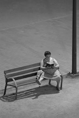"""Concurso fotográfico """"Las oportunidades de la edad: mujeres sabias"""". La foto es de Francisco García y su título """"Con nocturnidad y alevosía"""". 2011"""