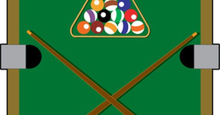 Como desenhar linhas em uma mesa de bilhar. Desenhar linhas em uma mesa de bilhar é útil quando se pratica tacadas complicadas. Linhas ajudam os jogadores a verem os ângulos que as bolas precisam seguir para serem encaçapadas. As linhas também deixam o atroz das bolas de bilhar mais fácil, sendo um lembrete visual simples. O giz é uma boa ferramenta a ser usada para desenhar já que não é ...