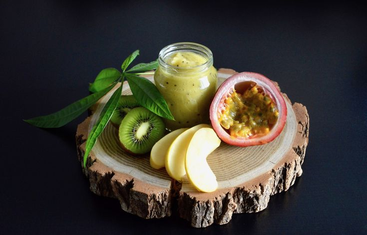 Recette de compote Pomme Kiwi et Fruit de la passion (Dès 12 mois). Une recette bébé pleine d'énergie ! Le fruit de la passion, petit fruit tropical si doux et acidulé, un petit régal pour les papilles de bébé !