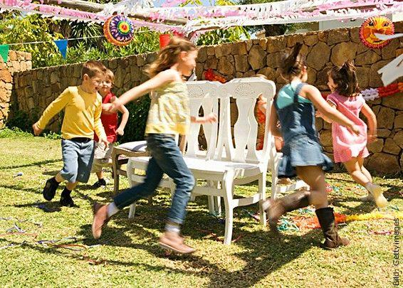 Bei trockenem Wetter und einem schönen Platz sind Spiele draussen ideal, damit die Kinder ihren Bewegungsdrang ausleben können.