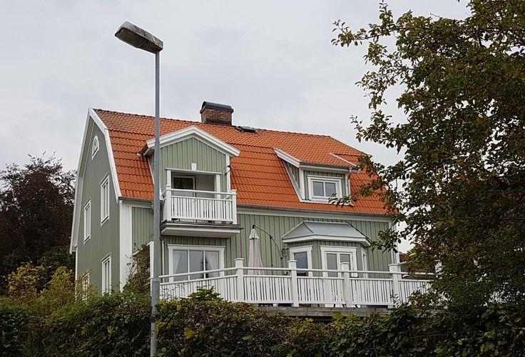 Balkongräcke + trevlig fasadfärg + breda vita knutar.