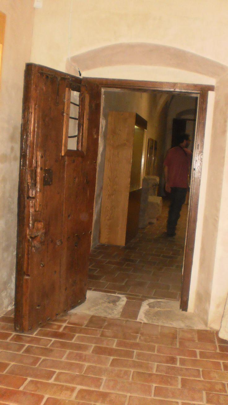 Interior de la Cárcel Real actualmente convertida en Museo. En él se pueden observar hallazgos arqueológicos de la prehistoria y época medieval de Coria.