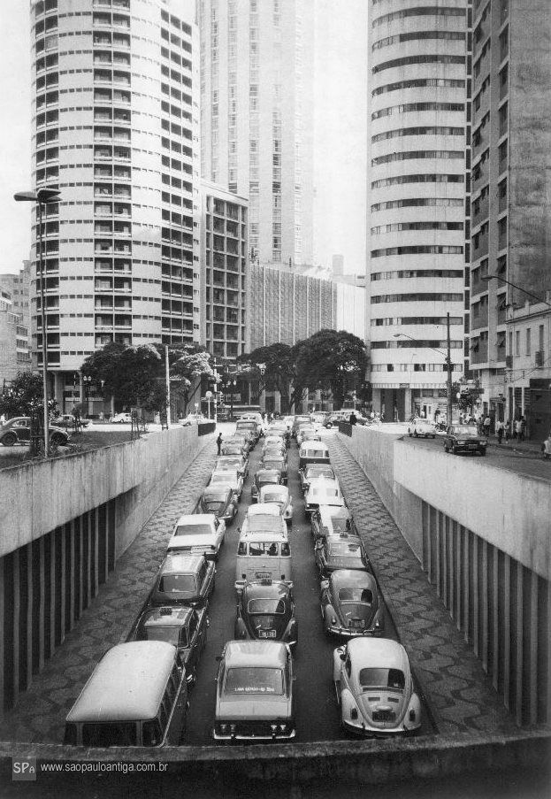 Praça Roosevelt  - Saida para rua da Consolação ao lado da Martinho Prado 1973