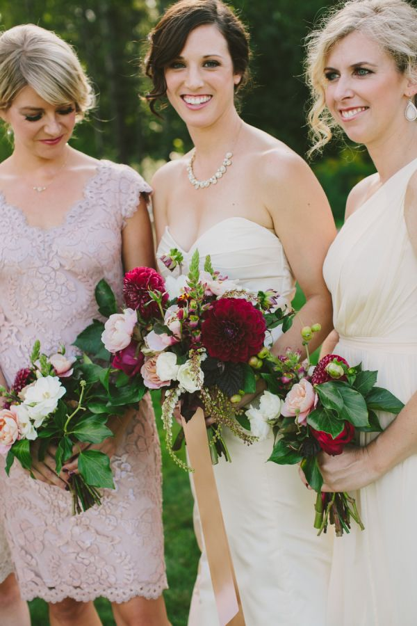 When one of our very own LBB members ties to knot, we know we're in for an immeasurable amount of pretty, andSamantha ofGus & Ruby Letterpress' Maine nuptials? Well, it's oh-my-goodness-GORG!Anintimate outdoor ceremony abloom with love,Henry + Maccaptured every darling detail. From