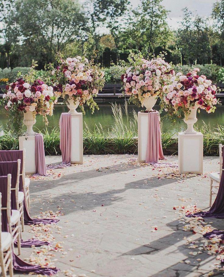 На свадьбе в Трувиле не обошлось без забавных моментов: наши инжирно-цветочные композиции были настолько аппетитными, что гости не удержались и попробовали инжир на вкус ⠀ Photo: @alexkinyapin Location: @deauville_trouville Decor&magic: @flowerbazar