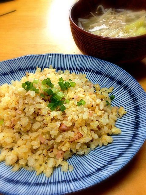 ハムとネギと玉子だけの簡単シンプル炒飯。パラパラに仕上がりましたo(^_^)o - 17件のもぐもぐ - シンプル炒飯とキャベツともやしの中華スープ by anothersky