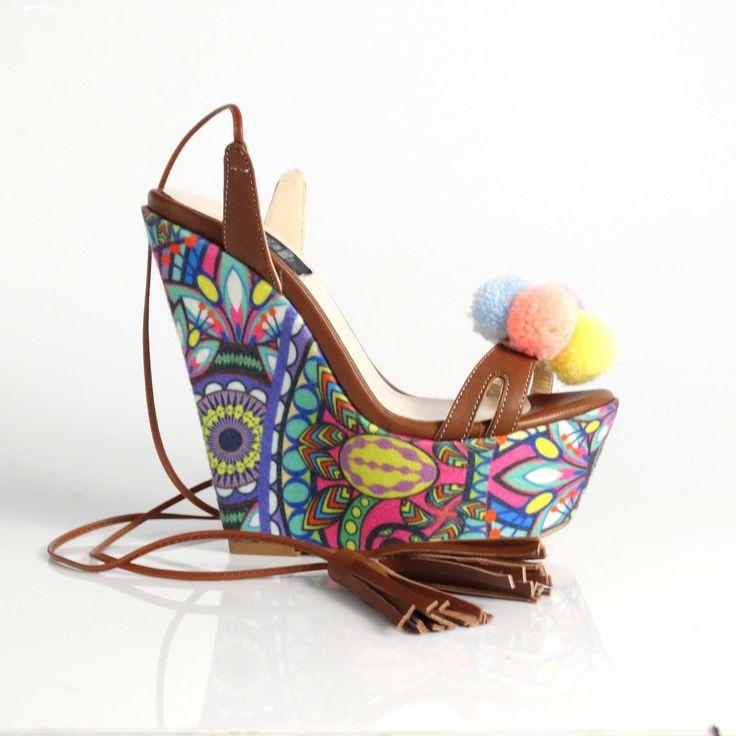 Sandalele de dama Mineli Mandala cu platformă, talpă îmbrăcată în material colorat și ciucuri veseli…