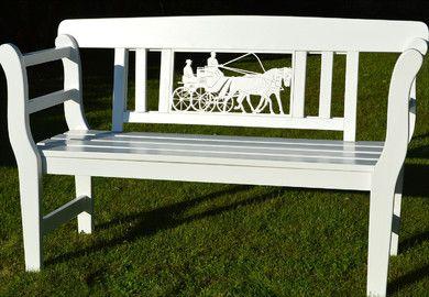 Gartenbank weiß Kutsche mit zwei Kutschpferden Zweispänner Pferdegespann