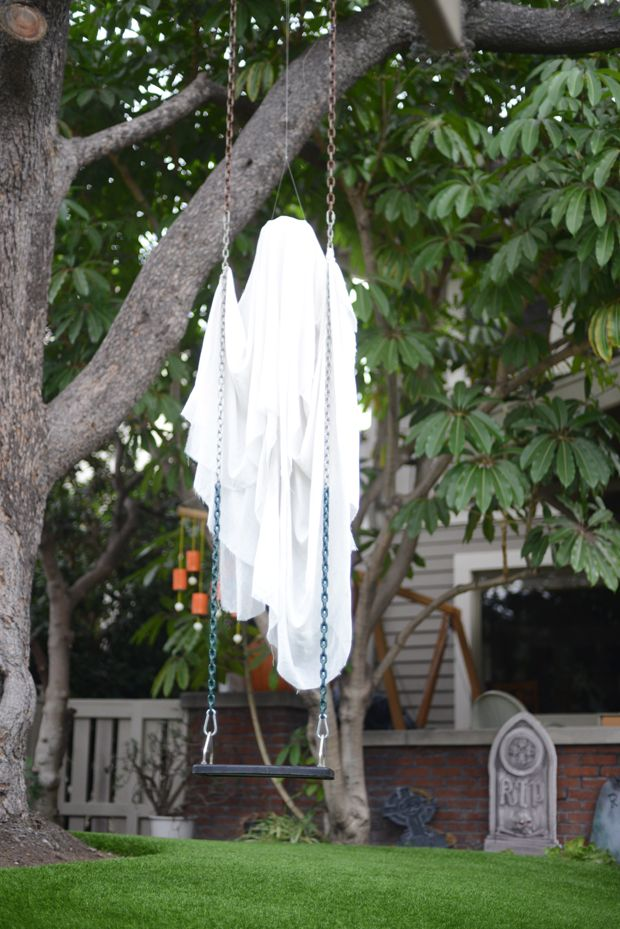 eerie halloween decoration especially in the wind cupcakesandcashmere - Diy Halloween Yard Decorations