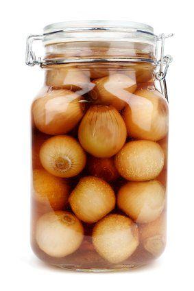 Zu viele Zwiebeln? Dann legen Sie doch mal Zwiebeln sauer ein. Das schmeckt hervorragend.