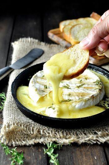 <作り方> オーブンを190度に温めておきます。そして、メープルシロップとタイムの葉、塩をかけたブリーチーズをそのままオーブンへ。15分から20分程度、チーズがとろける感じになったら出来上がりです。 オリーブオイルを垂らしオーブンで焼いたフランスパン(スライス)にガーリックをすり込んだ、ガーリックトーストを浸けていただきます。