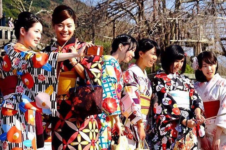 Yöresel kıyafetleri ve içten gülümsemeleriyle selfielerin iç içe olduğu Japonya! #gazellaturizm #gitmeklazim #travel #seyahat #holiday #tatil #gezi #japonya #selfie http://tipsrazzi.com/ipost/1515929384773514935/?code=BUJqb5kAHa3