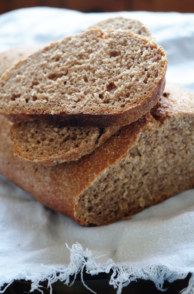По следам статьи про ручной замес, вот волшебный хлеб для пекарей, которые не любят месить. Это пшеничный цельнозерновой хлеб без замеса на закваске, простой, как дважды два и при этом вкусный и полезный, в лучших цельнозерновых традициях. Как можно догадаться, это очень легкий хлеб, наверное, один из самых простых и легких, какие только существует, притом, что он на закваске.