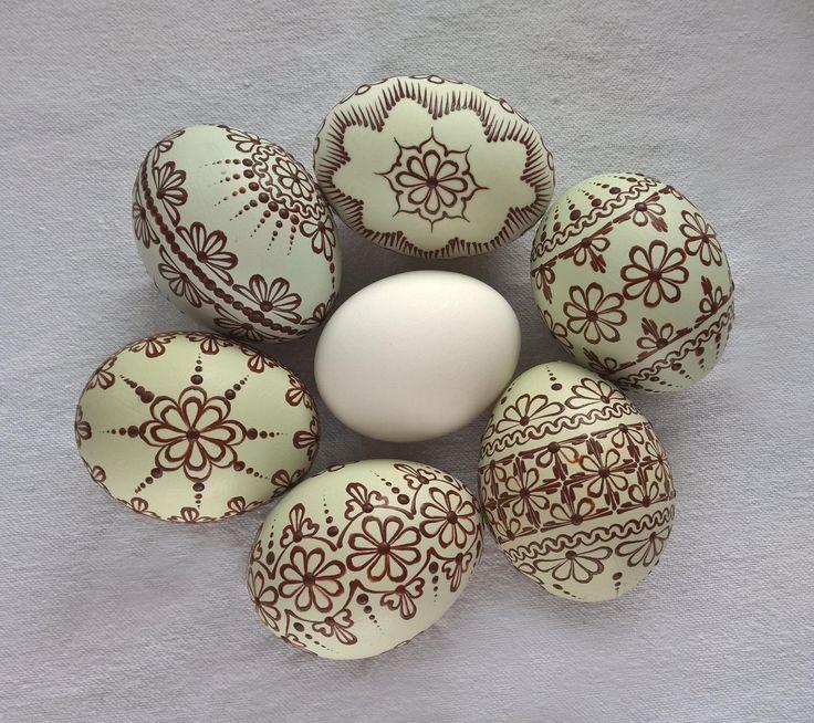 Lehce nazelenalá vajíčka slepic plemene Aracuana (Araukana). Bílé uprostřed pro porovnání.