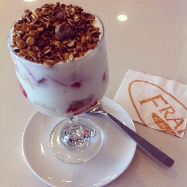 Lanche da tarde  Iogurte batido com pedaços de frutas e granola #momentofit #franscafé fernanda_araldiYumy  fanblogdami@fernanda_araldi tens que provar! O Franz Café fica na Nilo!