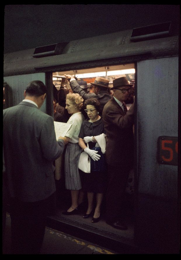 Rare 1950′s color slide of the New York City subway system at rush hour -trop plein de gens dans rideaux derrière