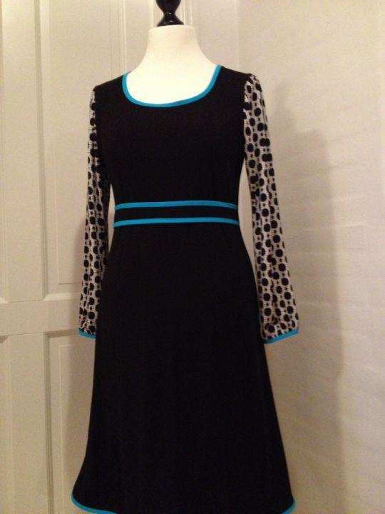 FORÅR 2014 Jersey kjole med mønstrede ærmer og turkise kantbånd. Str M,