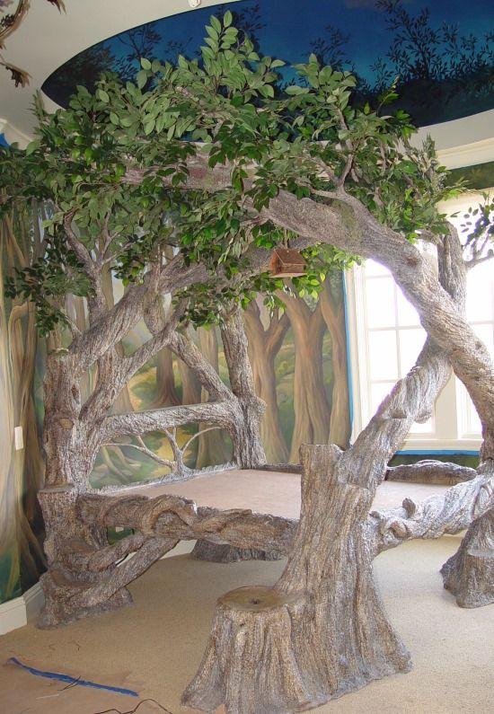 Синий натяжной потолок и кровать в виде дерева в детской